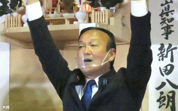 富山市長選で初当選し、万歳する藤井裕久氏(18日夜、富山市)=共同