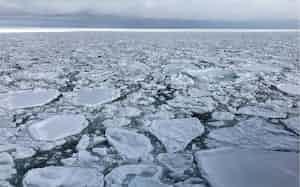 北海道北東部に面するオホーツク海は、冬になると流氷に閉ざされる(20年2月)