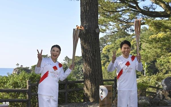 聖火を引き継いだ島崎和歌子さん㊧と三山ひろしさん(19日午前、高知市。代表撮影)
