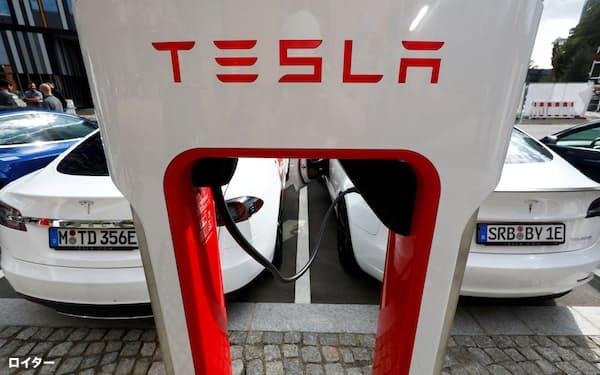 株式対価を使う手法は、テスラが2019年に電池技術を持つマクスウェル・テクノロジーズを買収する際に使うなど、海外では一般的だ=ロイター