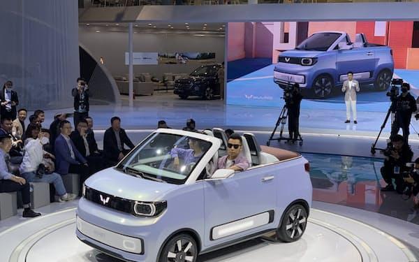 上汽通用五菱汽車が上海国際自動車ショーで公開した小型EVのオープンカー(19日、上海)