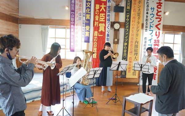 浜田市に移住した若手音楽家たち。初めての公開練習で息の合ったハーモニーを奏でた