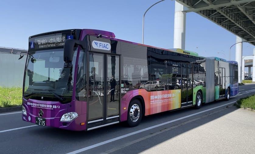 福岡空港の国内線と国際線ターミナル間に導入される連節バス(19日、福岡市)