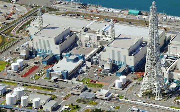 新潟県の東京電力柏崎刈羽原発6号機(右)と7号機