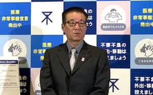 記者団の取材に応じる大阪市の松井一郎(19日、大阪市役所)