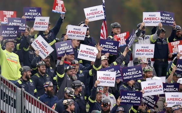 米東部ペンシルベニア州で開かれたトランプ大統領の選挙集会で歓声を上げる炭鉱労働者26日(AP=共同)