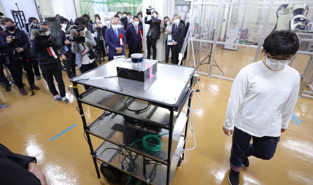 公開された搬送ロボットの実験機。人が通りがかると自動で停止する(19日、岐阜市)
