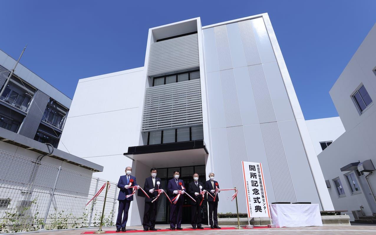 岐阜大と名大が立ち上げた「航空宇宙生産技術開発センター」の開所式でテープカットする関係者(19日、岐阜市)