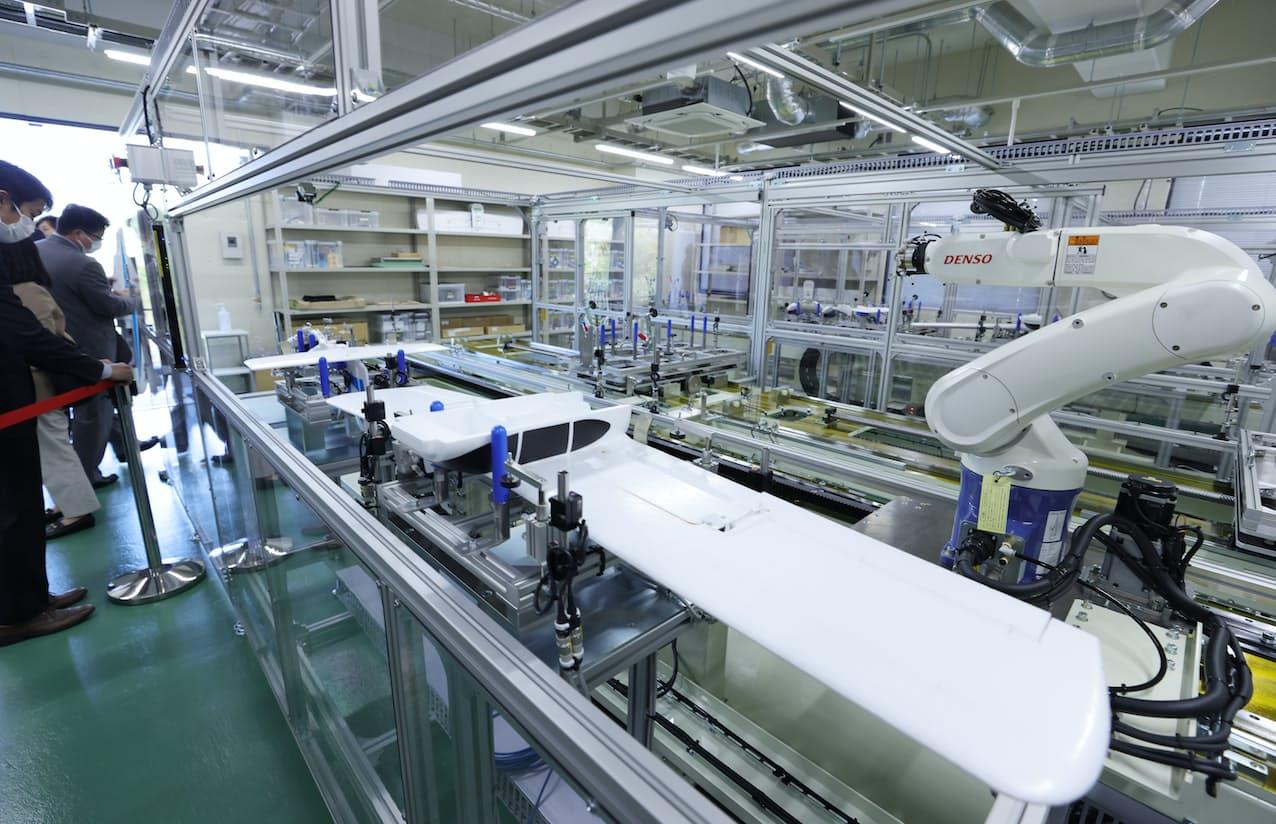 公開された模型飛行機の自動生産ライン(19日、岐阜市)