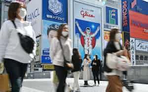 大阪・道頓堀の繁華街をマスク姿で歩く人たち(19日午後)