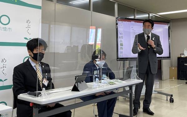 政府に申請した計画を説明する前橋市の山本龍市長(右、19日、同市)