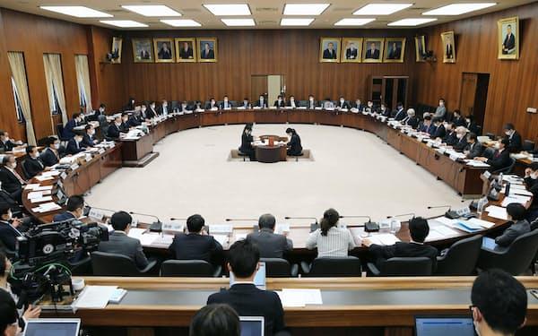 今国会で初めて開催された衆院憲法審査会(15日午前)