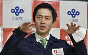 大阪府庁で取材に応じる吉村洋文知事=19日午後