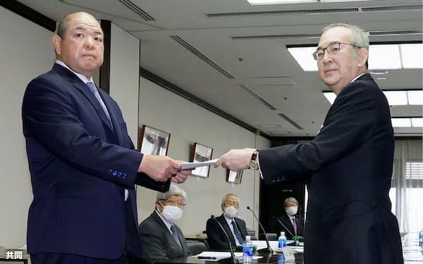 山内昌之委員長(右)から提言書を受け取る日本相撲協会の八角理事長=代表撮影