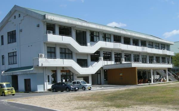 廃校となった小学校校舎の中に貸しオフィスなどを整えた