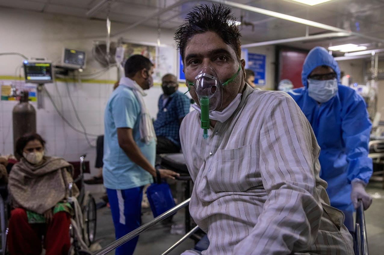 感染者急増で医療崩壊が懸念される(15日、ニューデリーの病院)=ロイター