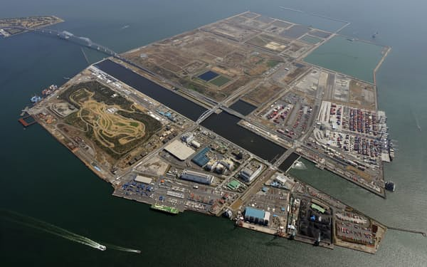 開発が進む中央防波堤埋立地。稼働中のY2コンテナターミナル(右端)の隣では「Y3」が新設される予定。中央の水路は東京五輪のカヌー・ボート競技が行われる「海の森水上競技場」(3月)