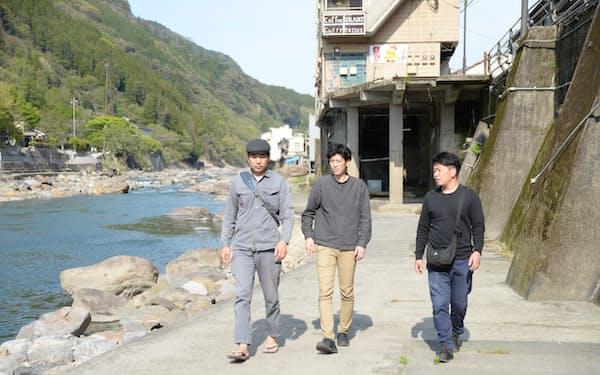 水害後の日田復興に取り組む河井さん(左)、近藤さん(中)、松永さん(右)はともに地域おこし協力隊OB(大分県日田市)