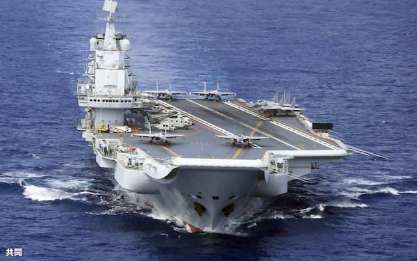 艦載機の離着艦訓練を実施する中国の空母「遼寧」(2018年4月)=共同