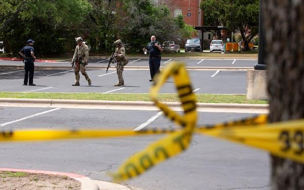 銃撃現場を捜査する関係者(18日、テキサス州オースティン)=ロイター