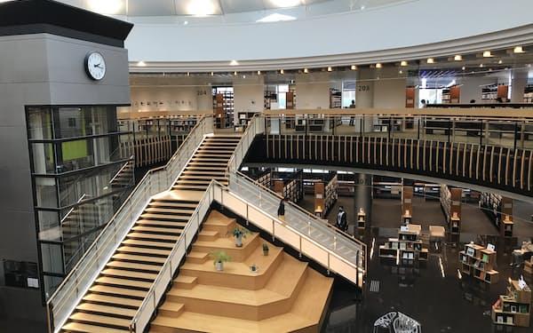 ショッピングモールを改装して2018年にオープンした都城市立図書館(宮崎県都城市)