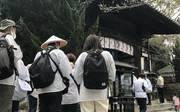 地元通訳が、外国人の歩き遍路について指導を受けた(3月、徳島県鳴門市の霊山寺)