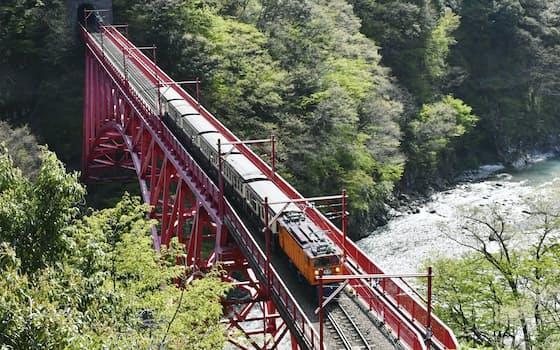 一部区間で運転を再開した黒部峡谷鉄道のトロッコ電車(20日、富山県黒部市)=共同