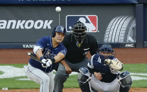 4月18日のヤンキース戦で適時二塁打を放つレイズ・筒香=共同