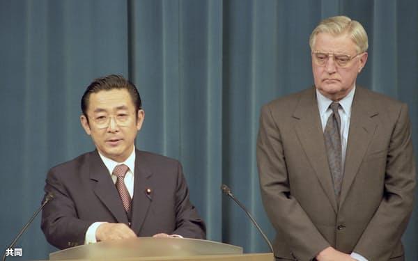 1996年4月、米軍普天間飛行場の返還合意を発表する橋本龍太郎首相(左)とモンデール駐日米大使(首相官邸)=共同