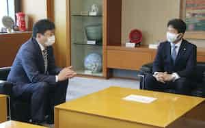 福島第1原発の処理水放出対応方針について、茨城県の大井川和彦知事(右)に説明する東京電力の小早川智明社長(20日午前、茨城県庁)=共同