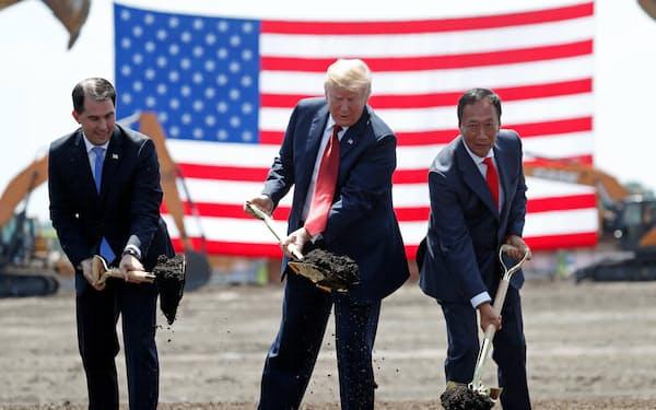 トランプ前大統領㊥と笑顔で起工式に出席した鴻海の創業者、郭台銘(テリー・ゴウ)氏㊨(18年6月、米ウィスコンシン州)=ロイター