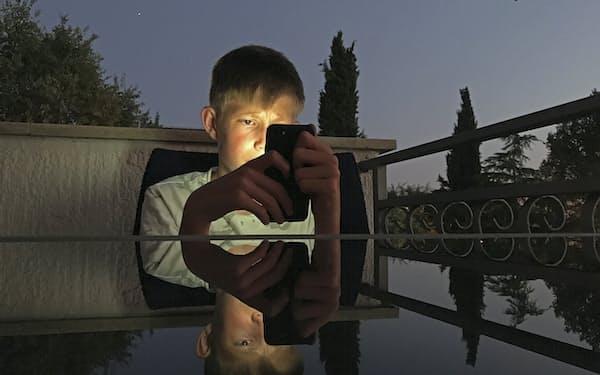 児童のスマートフォンやSNS(交流サイト)の過剰利用に対する懸念が各地で強まっている=AP