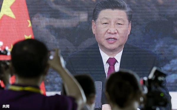 「博鰲アジアフォーラム」年次総会の式典でオンライン演説する中国の習近平国家主席。プレスセンターの大画面に映し出された=20日、中国海南省(共同)