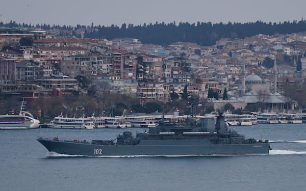 トルコのボスポラス海峡を通って黒海へ向かうロシア艦船(17日、イスタンブール)=ロイター