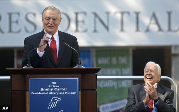 2009年に米アトランタで講演したモンデール氏(左)。副大統領として支えたカーター元大統領と=AP