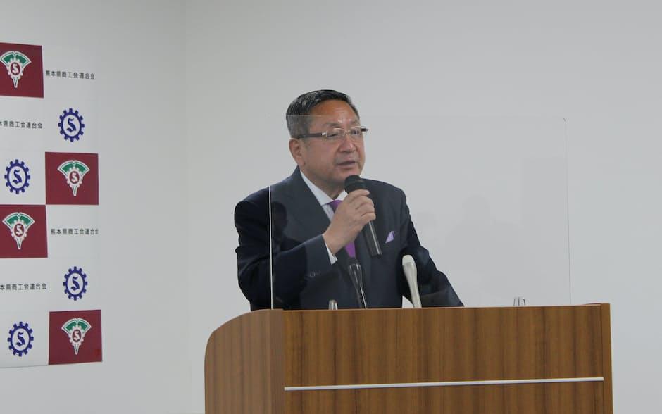 調査結果を発表する熊本県商工会連合会の笠会長(熊本市)