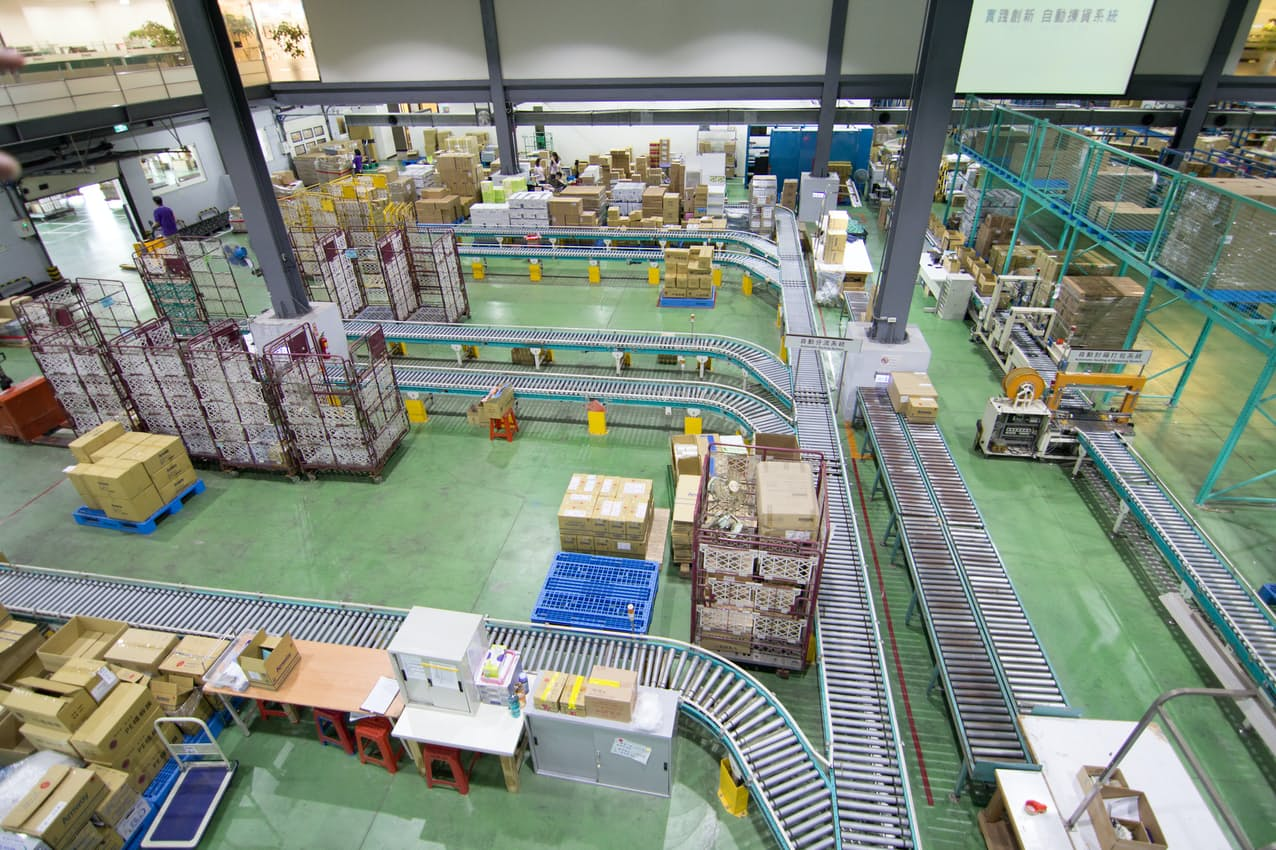 物流センター内の搬送システム。効率化の鍵を機械関連技術が握る(写真はイメージ=PIXTA)