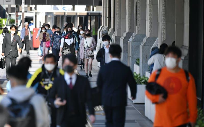 マスク姿の人が行き交う大阪・難波の繁華街(20日午後)