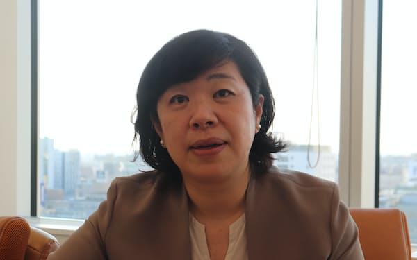 日本経済新聞のインタビューに応じる唐神社長