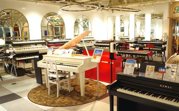 あのぴあのでは30種類以上の電子ピアノをそろえ、どれも試弾できる(東京・渋谷)