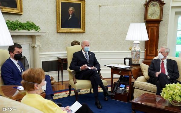 バイデン米大統領(中央)は19日、企業増税を財源とするインフラ投資計画への協力を求め、超党派の議員と面会した=ロイター