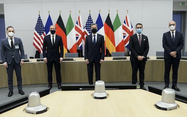 ラーブ英外相(左から2人目)が議長を務める見通しで、ブリンケン米国務長官(中央)の発言にも注目が集まる(写真は14日、ブリュッセルのNATO本部にて)=AP