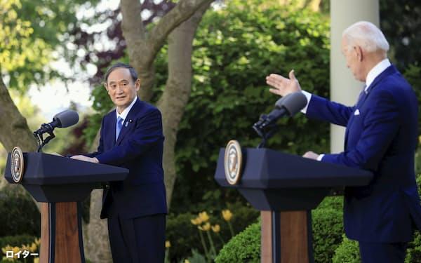 共同記者会見する菅首相(左)とバイデン米大統領(16日、ワシントンのホワイトハウス)=ロイター・共同
