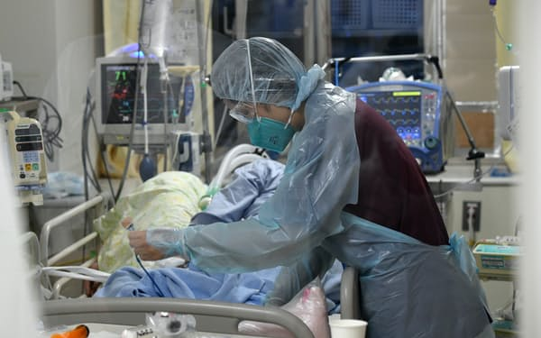 新型コロナ患者の治療に当たる医療従事者(大阪府大東市)