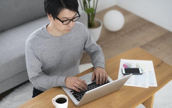 在宅勤務でできた余暇時間を活用して副収入を得る人も出てきた(写真はイメージ=PIXTA)