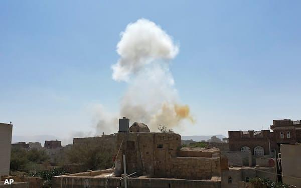 3月、サウジアラビアによる報復攻撃を受けたイエメンの首都サナアの軍事拠点=AP