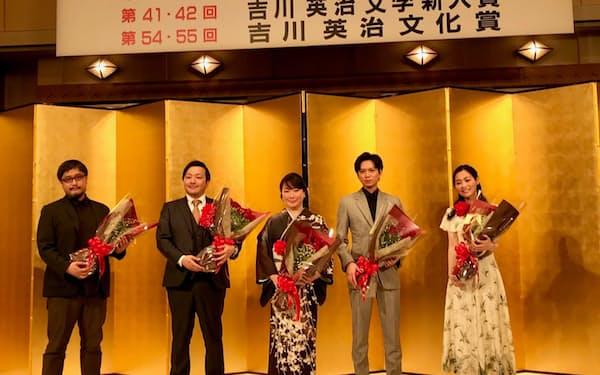 新人賞受賞の武田綾乃(右端)と加藤シゲアキ(右から2人め)はともに「自分は縁がないと思っていた」と笑顔を見せた(9日)