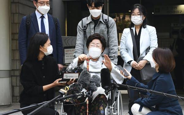 21日の判決後、記者団の取材に応じる原告の李容洙氏=共同