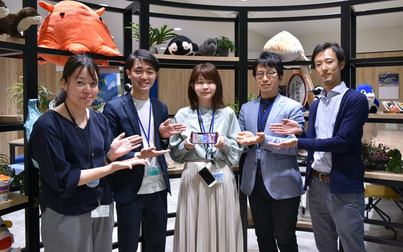 ネット配信アプリ「MiloQ+(ミロックプラス)」の開発メンバー。左から鶴橋さん、岩田さん、冨家さん、額賀さん、大木さん