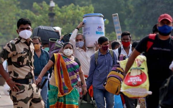 インドは感染拡大に歯止めがかからない(21日、ムンバイ)=ロイター